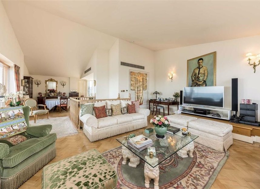 Properties for sale in Chelsea Crescent - SW10 0XB view2